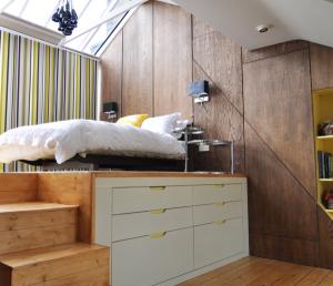 Damit kleine Räume nicht überfüllt wirken, gibt es neben unerlässlichem regelmässigen Entrümpeln auch kreative Stauraum-Ideen.
