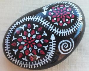 Steine können mit Symbolen informiert und bemalt werden. Eine meditative, beruhigende, erfüllende Arbeit.
